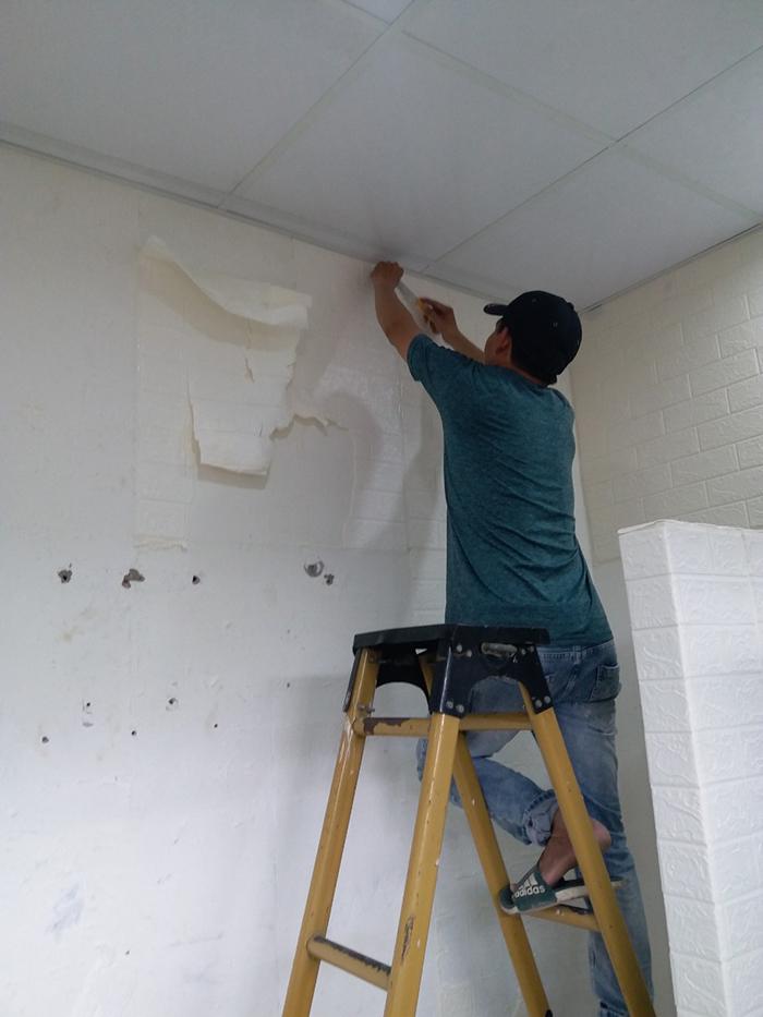 Thuê thợ tháo bỏ xốp dán tường